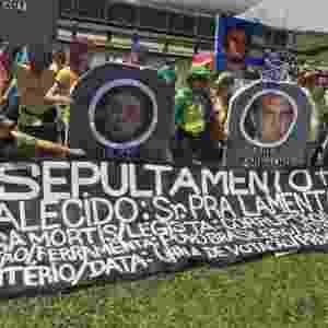 26.mar.2017 - Manifestantes colocam políticos em lápides feitas de isopor em protesto em Brasília - Jéssica Nascimento/UOL