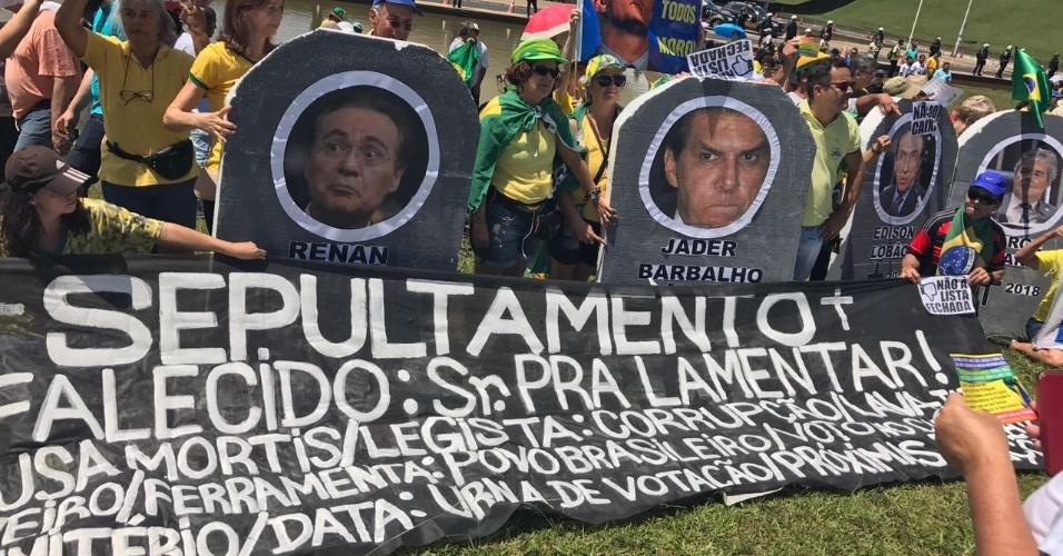 26.mar.2017 - Manifestantes colocam políticos em lápides feitas de isopor em protesto em Brasília