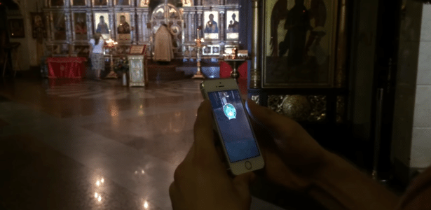 Ruslan Sokolovsky joga Pokémon Go dentro da igreja, na cidade de Yekaterinburg, Rússia
