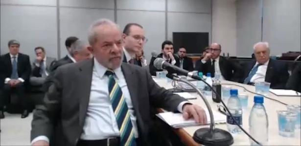 O ex-presidente Lula em primeiro plano, à frente do advogado Cristiano Zanin Martins