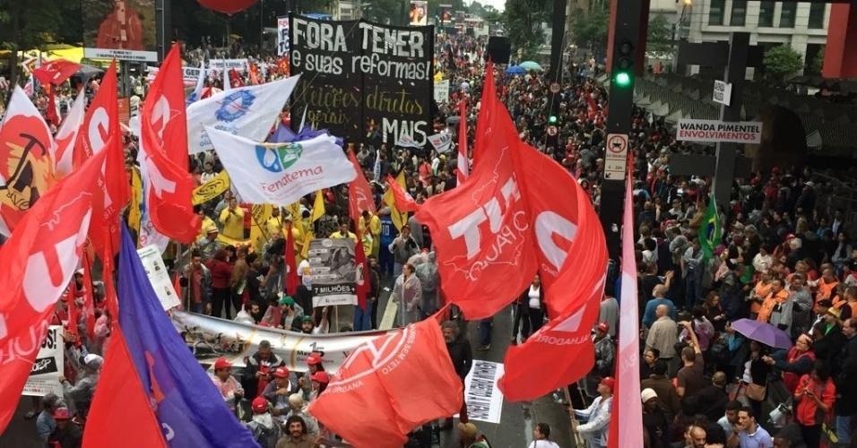 21.mai.2017 - Em São Paulo, os manifestantes chegaram para o encontro no Masp (Museu de Arte de São Paulo) sob chuva leve. Os discursos feitos no carro de som tiveram palavras de ''fora Temer'' e ''diretas já''