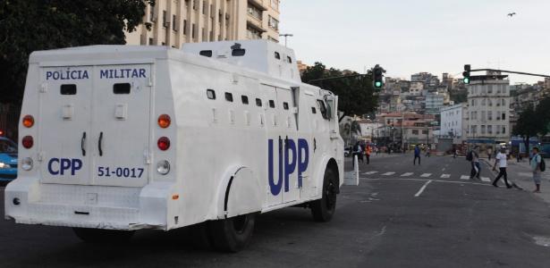 Veículo blindado da Polícia Militar circula pelas ruas da zona portuária do Rio