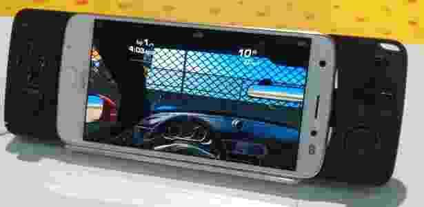 Novos acessórios Snap, como este gamepad, também foram apresentados - Márcio Padrão/UOL - Márcio Padrão/UOL