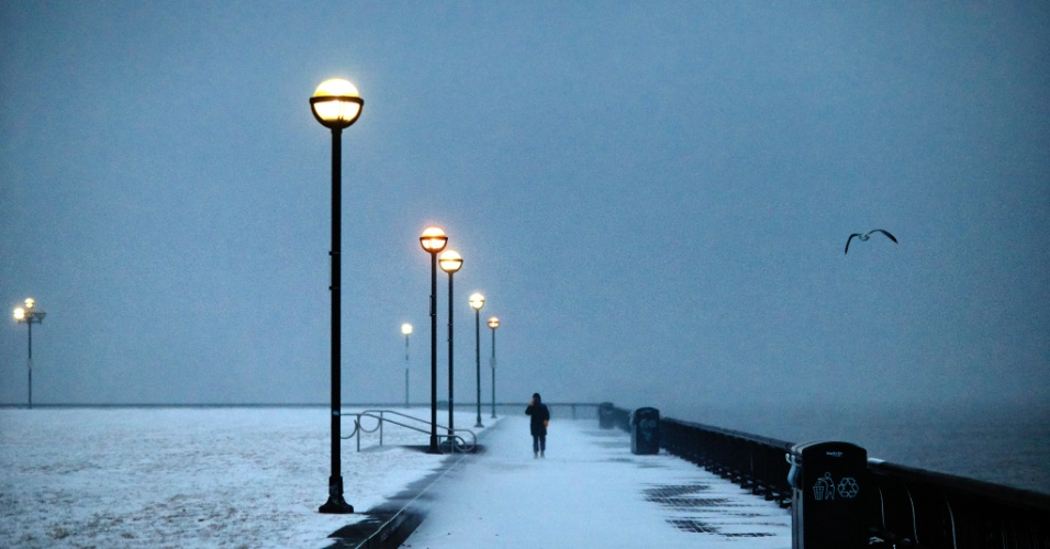 4.jan.2018 - Mulher caminha no Pier A Park, no rio Hudson, em Hoboken, Nova Jersey, durante tempestade de neve
