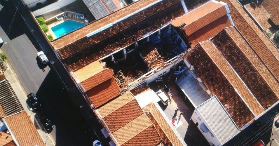 18.abr.2018 - O teto do refeitório da Escola Municipal infantil Diomira Napoleone Paschoal, em Agudos (SP), desabou por volta das 8h deixando crianças e professores feridos