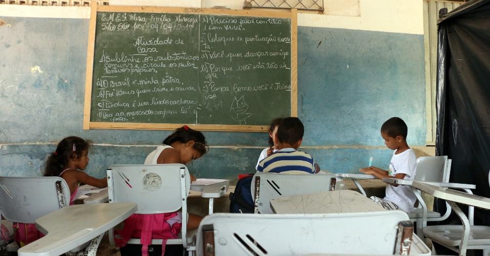 """5.abr.2018 - No quadro da sala de aula improvisada, uma frase a giz chama a atenção pelo contraste com a realidade atual: """"O Brasil é minha pátria"""""""