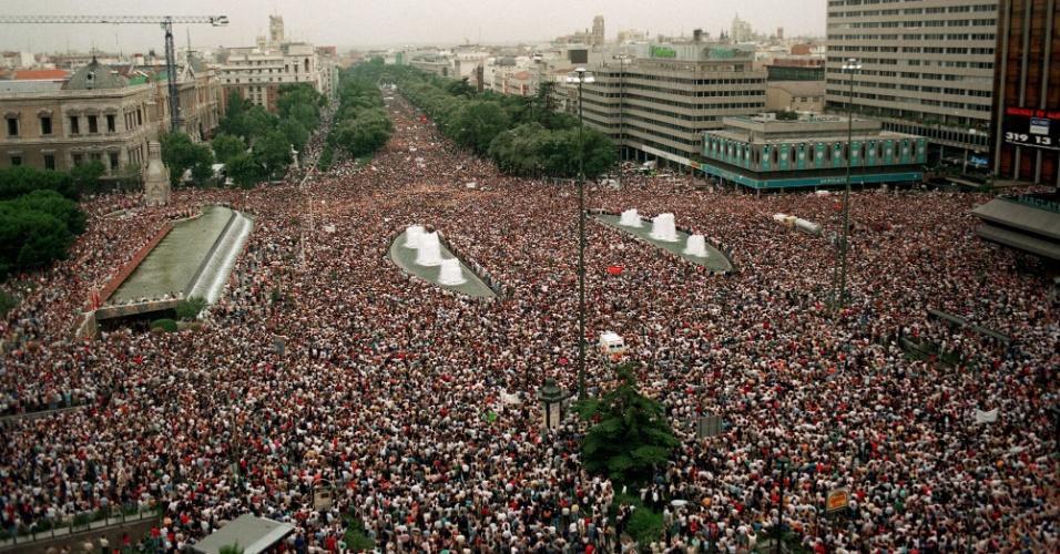 14.jul.1997 - Vista da praça Colón Vista e da avenida Paseo de Recoletos, em Madri, onde milhões de pessoas se reuniram em protesto contra o assassinado de Miguel Ángel Blanco pelo ETA