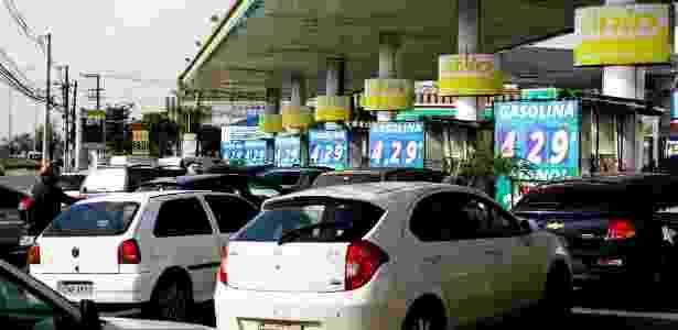 Motoristas fazem longas filas em posto de gasolina em SP na tarde da última sexta-feira com temor de desabastecimento causado pela greve dos caminhoneiros - Aloisio Mauricio/Fotoarena/Estadão Conteúdo