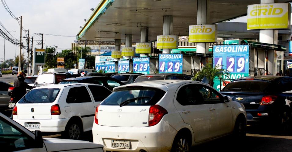 Em vários postos de combustível da cidade de São Paulo, consumidores enfrentaram longas filas para abastecer seus veículos nesta quinta-feira (24). Devido à greve dos caminhoneiros, o produto está escasso. Na foto, posto de combustível à beira da marginal Pinheiros, sentido Interlagos