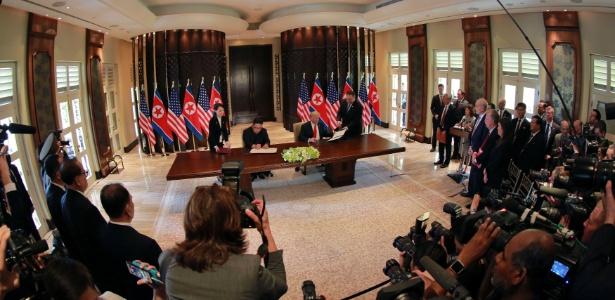 12.jun.2018 - Trump e Kim Jong-un durante a cúpula em Singapura - KCNA via REUTERS