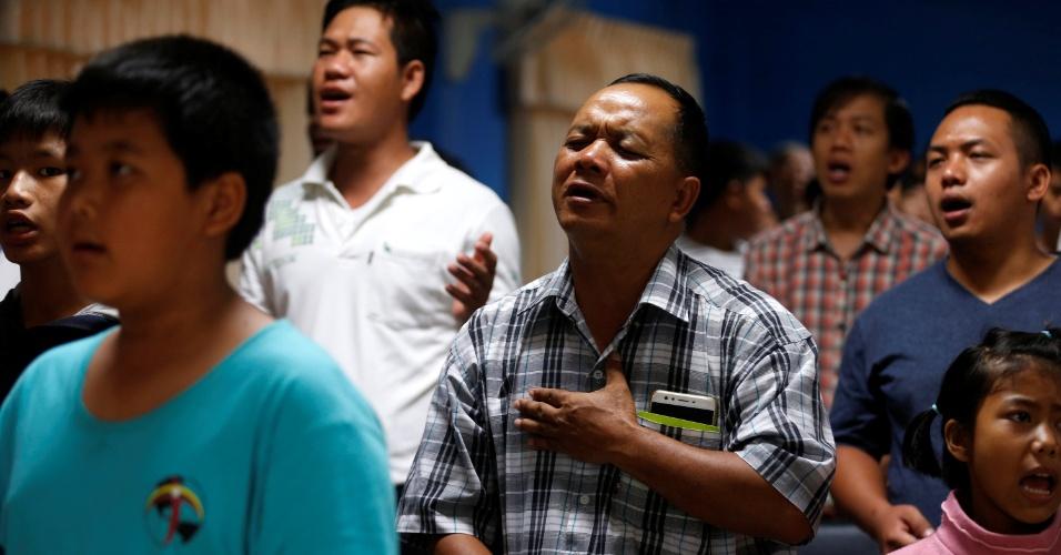 8.jul.2018 - Parentes rezam pela vida dos garotos presos na caverna inundada na Tailândia, em uma igreja no norte da província de Chiang Rai, onde se localiza o complexo de cavernas onde o grupo está preso há 15 dias