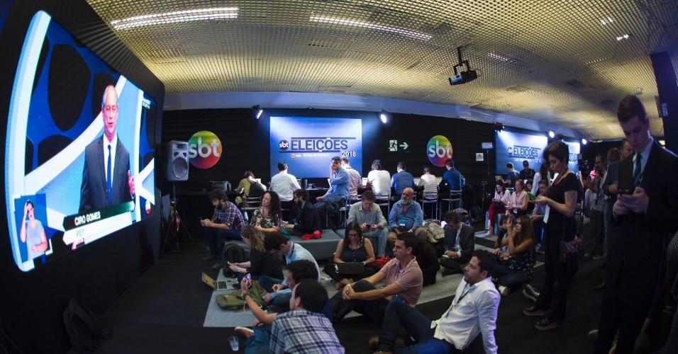 Jornalistas acompanham debate no estúdio do SBT em Osasco, Grande São Paulo