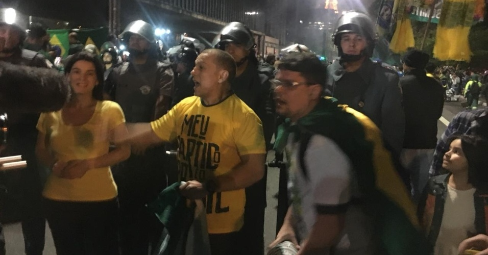 28.out.2018 - Manifestantes comemoram a vitória de Jair Bolsonaro (PSL) em frente à homens da polícia militar