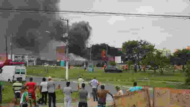 """29.dez.2018 - Incêndio em oleoduto da Petrobras em Itaquera na zona leste de São Paulo (SP), neste sábado (29). Segundo informações dos bombeiros, houve vazamento de Nafta em um duto de Transpetro. A Transpetro informou que o incêndio ocorreu """"durante operação de reparo em duto que foi furtado"""". - WILLIAN MOREIRA/FUTURA PRESS/ESTADÃO CONTEÚDO - WILLIAN MOREIRA/FUTURA PRESS/ESTADÃO CONTEÚDO"""