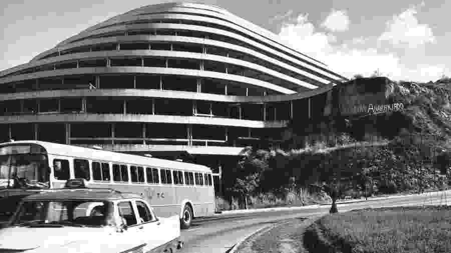 O Helicóide seria o primeiro shopping center drive-thru do mundo, com rampas ascendentes levando às 300 lojas planejadas para o complexo; era tão grande que podia ser visto de qualquer lugar de Caracas - Archivo Fotografía Urbana / Proyecto Helicoide