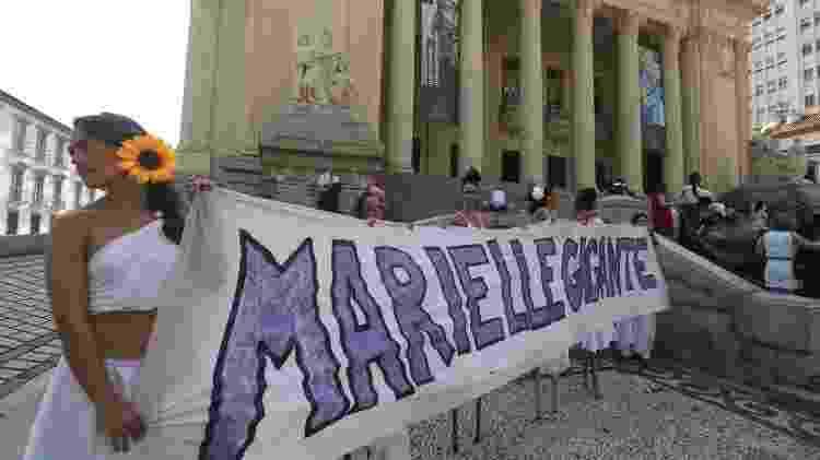 Faixa estendida na escadaria da Alerj (Assembleia Legislativa do Estado do Rio de Janeiro) em homenagem a Marielle - FÁBIO MOTTA/ESTADÃO CONTEÚDO
