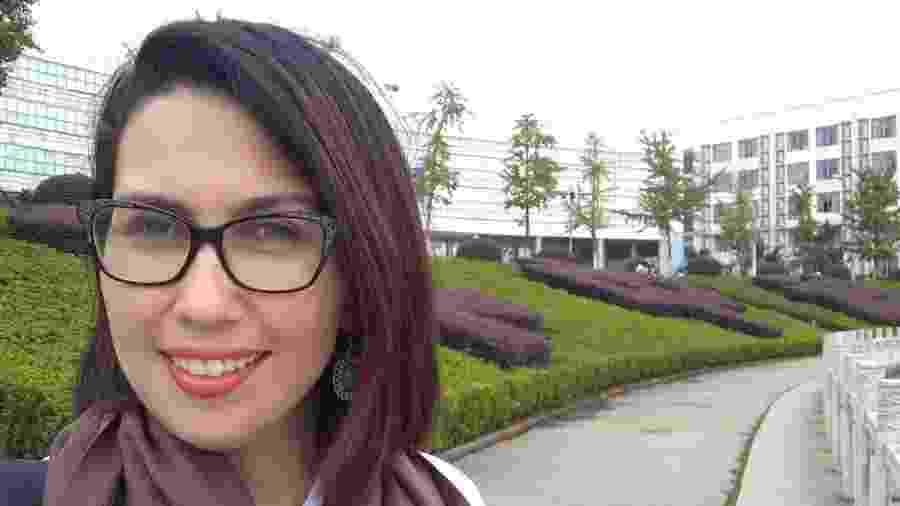 Indira em campus da Universidade de Huazhong; ela tentou voltar para o Brasil, mas não conseguiu - Arquivo pessoal