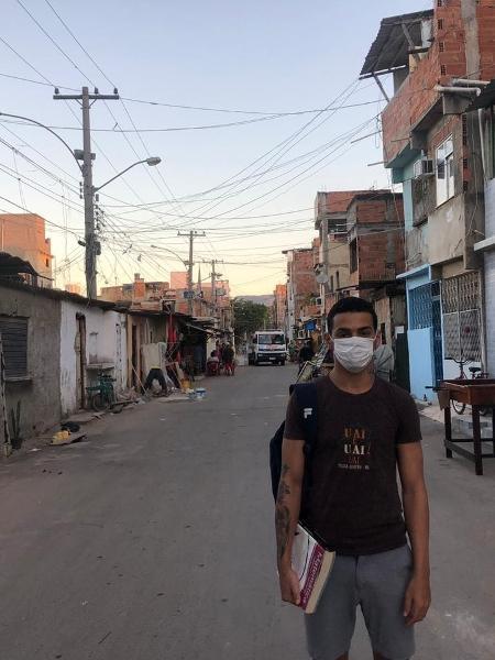 Morador do Complexo da Maré (RJ), Luiz Menezes se arrisca em busca do sinal de Internet para estudar - Gabriel Sabóia/UOL