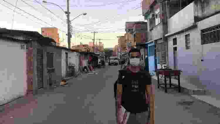 24.abr.2020 - Morador do Complexo da Maré, o vestibulando Luiz Menezes se arrisca em busca do sinal de internet para conseguir estudar - Gabriel Sabóia/UOL