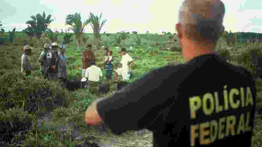 Policial federal observa fiscal do trabalho tomando depoimento de resgatados da escravidão no Pará - Leonardo Sakamoto