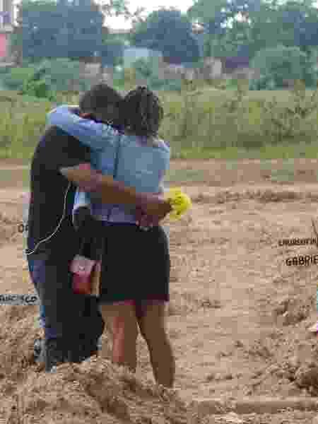 Coronavírus: Casal durante enterro no cemitério Parque Nazaré, em Belém (PA) - Bruno Cruz/Futura Press/Estadão Conteúdo