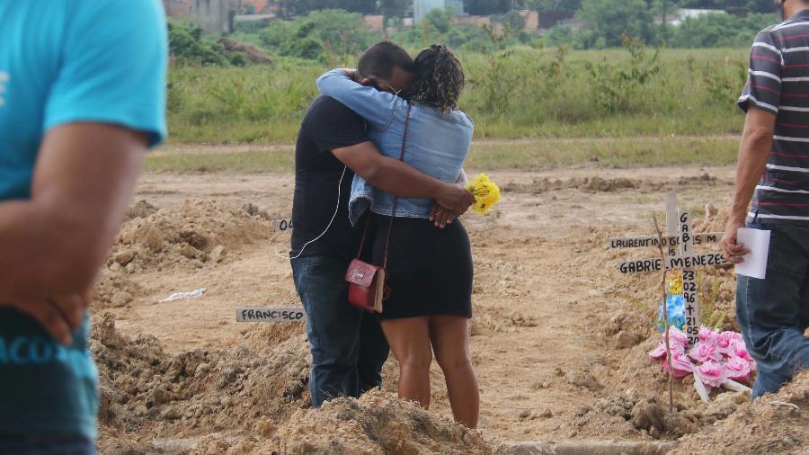 Coronavírus: 29/05/2020 - Casal durante enterro no cemitério Parque Nazaré, em Belém (PA) - Bruno Cruz/Futura Press/Estadão Conteúdo