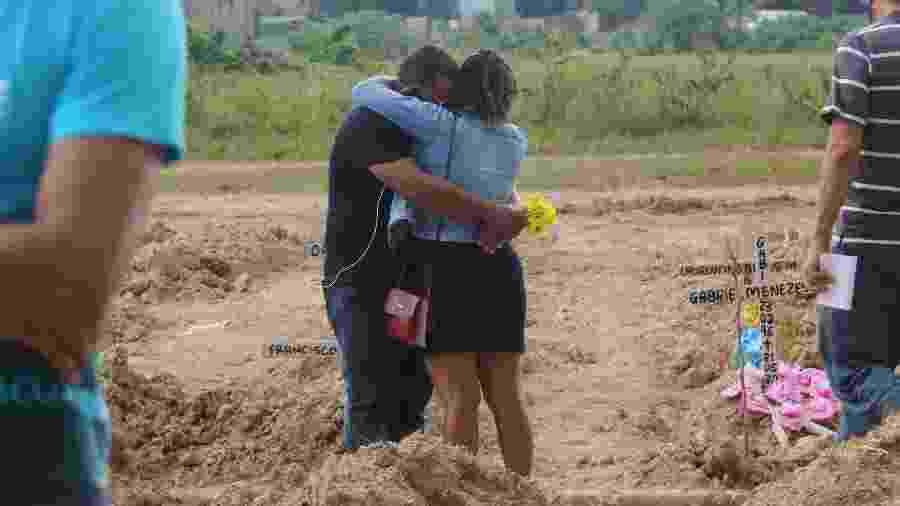 29/05/2020 - Casal durante enterro no cemitério Parque Nazaré, em Belém (PA) - Bruno Cruz/Futura Press/Estadão Conteúdo