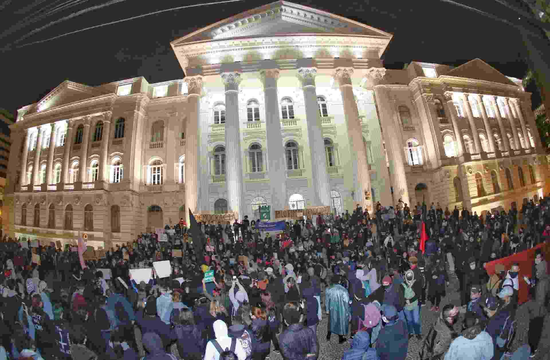 Manifestação contra o racismo é realizada em frente ao prédio histórico da Universidade Federal do Paraná, no centro de Curitiba - FRANKLIN FREITAS/ESTADÃO CONTEÚDO