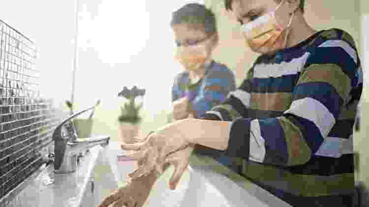 O uso de máscaras deve ser complementado por outros cuidados, como a higienização das mãos - Getty - Getty