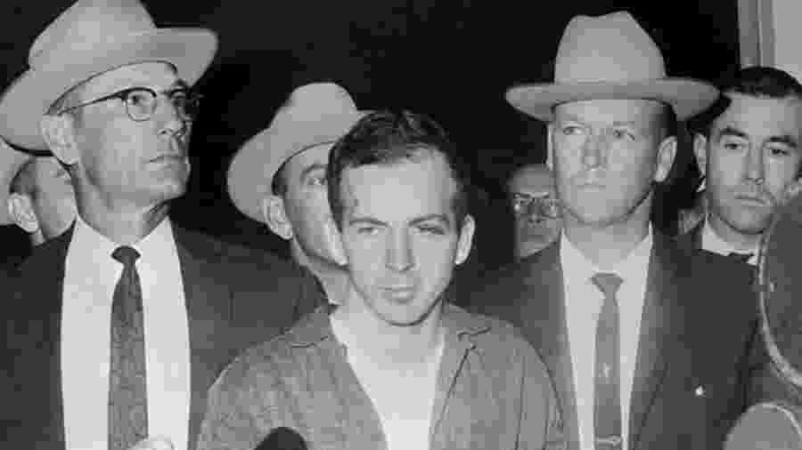 Lee Harvey Oswald em 22 de novembro de 1963, durante uma coletiva de imprensa após sua prisão em Dallas - AFP/Getty Images