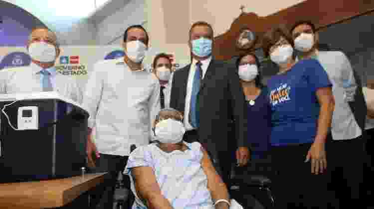 Lícia Pereira Santos, idosa que mora, desde 2014, no Centro de Geriatria das Osid, uma das primeiras vacinadas contra a covid-19 na Bahia - Camila Souza/Governo da Bahia - Camila Souza/Governo da Bahia