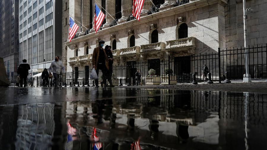 16.fev.2021 - Pessoas caminham em rua de Nova York, perto de Wall Street - Brendan McDermid/Reuters