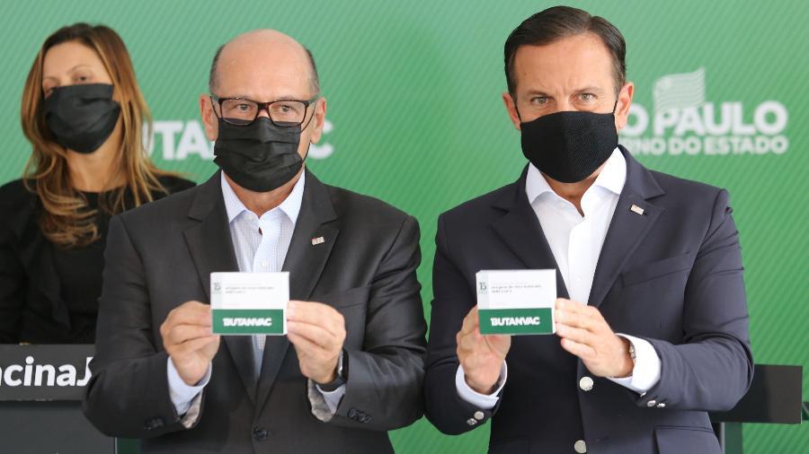 Diretor do Instituto Butantan, Dimas Covas (à esq.), e o governador de São Paulo, João Doria (PSDB), mostram caixa da ButanVac - Divulgação/Governo do Estado de São Paulo