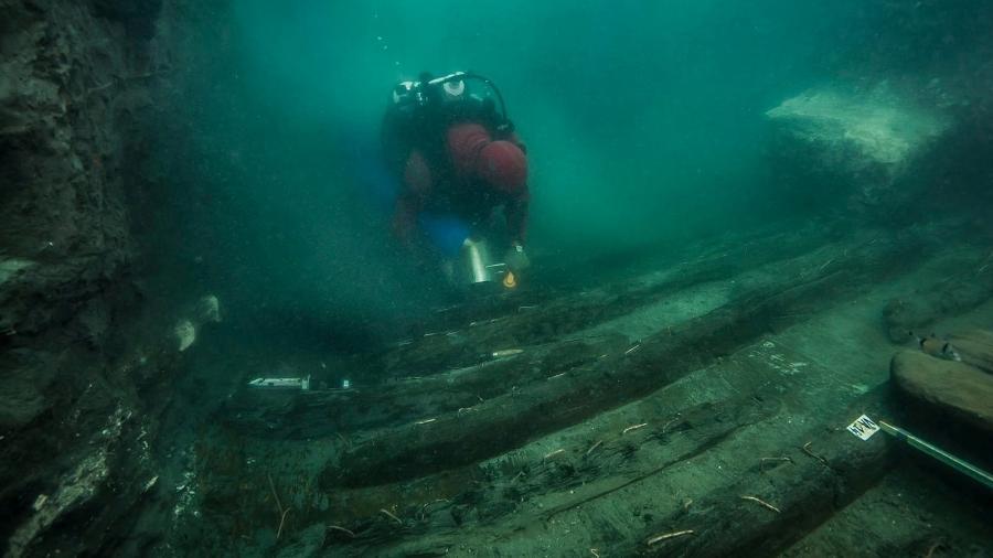 Um mergulhador examina os restos de um antigo navio militar descoberto na cidade submersa do Mediterrâneo Thonis-Heracleion, na costa de Alexandria, no Egito - The Egyptian Ministry of Antiquities/Handout via REUTERS