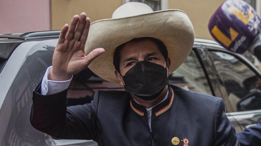 O presidente-eleito do Peru, Pedro Castillo, acena ao chegar ao local da cerimônia de posse, em Lima - Ernesto Benavides/AFP