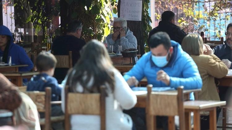 Chilenos frequentam restaurante em Santiago em 19 de julho; no dia 24, a cidade teve seu primeiro fim de semana sem quarentena desde março - EFE/ Elvis González - EFE/ Elvis González