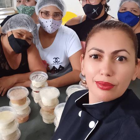 Miriam Reis (sem máscara) e suas alunas no curso de culinária, em Praia Grande (SP) - Reprodução