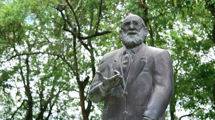 Estátua de Paulo Freire inaugurada em 2013 dentro da UFPE  - Bernardo Sampaio I Ascom UFPE - Bernardo Sampaio I Ascom UFPE
