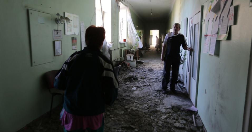 19.jul.2015 - Pacientes caminham por hospital parcialmente destruído pelos seguidos bombardeios entre forças ucranianas e rebeldes separatistas em Donetsk, no leste da Ucrânia, neste domingo (19). O Kremlin anunciou que o ministro do Exterior russo, Sergei Lavrov, manteve reunião no sábado com autoridades da Ucrânia, dos EUA e da Alemanha