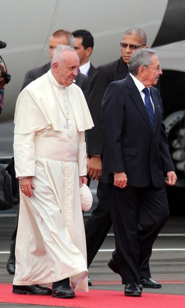 19.set.2015 - O papa Francisco chega a ilha de Havana e é recebido pelo presidente de Cuba, Raúl Castro, na tarde deste sábado. O pontífice permanecerá no país até terça-feira (22), quando embarca para os Estados Unidos
