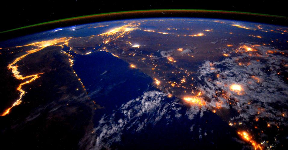 25.set.2015 - O astronauta da Nasa (Agência Espacial dos EUA) Scott Kelly fotografou o rio Nilo durante um sobrevoo noturno em 22 de setembro de 2015, cuja imagem foi divulgada hoje. Ele e uma equipe de astronautas estão em missão de um ano na Estação Espacial Internacional.