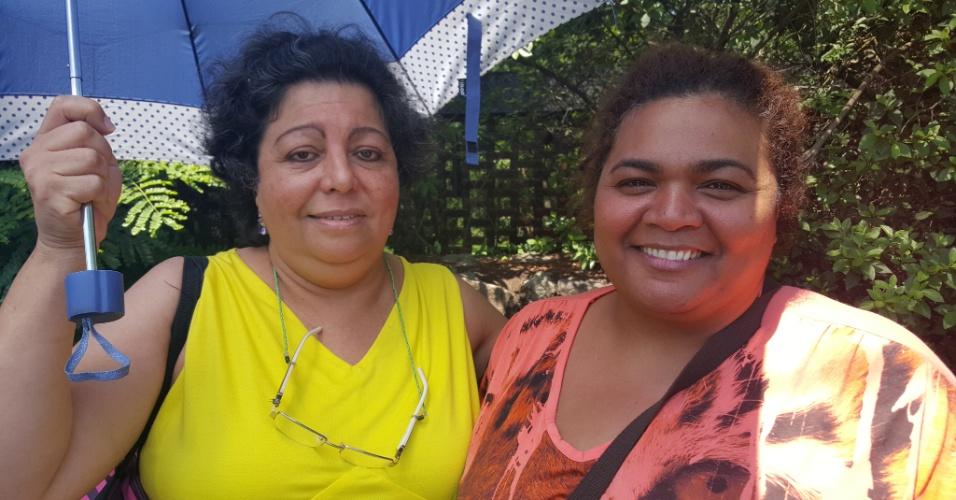 15.out.2015 - As professoras Ana Talina Lourenço, 46, (à dir.) e Neide Todeschini, 54, também participaram da manifestação contra o fechamento de escolas estaduais em frente ao Palácio dos Bandeirantes, sede do governo paulista