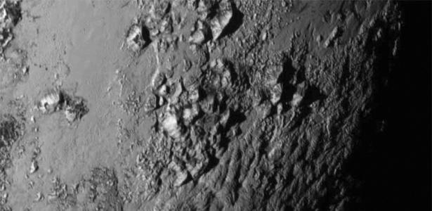 """Imagem da superfície de Plutão, o mais conhecido membro do grupo de """"ex-planetas"""""""