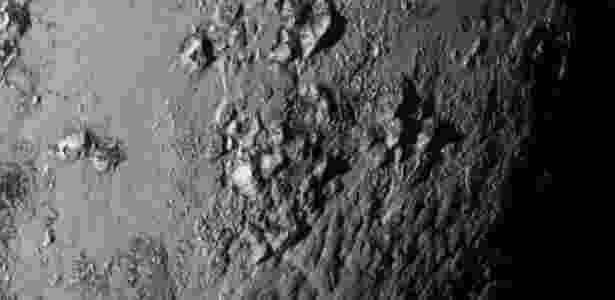 """Imagem da superfície de Plutão, o mais conhecido membro do grupo de """"ex-planetas"""" - Nasa"""