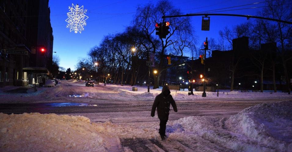 24.jan.2016 - Pedestre anda por uma avenida Columbus tomada por neve no início da manhã de Nova York, nos Estados Unidos, após grande nevasca. Tempestade de neve Jonas parece se afastar da costa leste norte-americana após causar mortes e outros vários transtornos