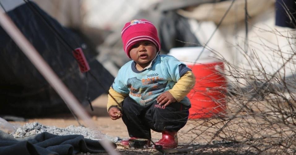 32.jan.2016 - Garoto iraquiano brinca em um campo de refugiados na vila de Mabrouka, na Síria, neste domingo (31). Refugiados deixaram o Iraque após o grupo terrorista Estado Islâmico tomar o controle da sua cidade