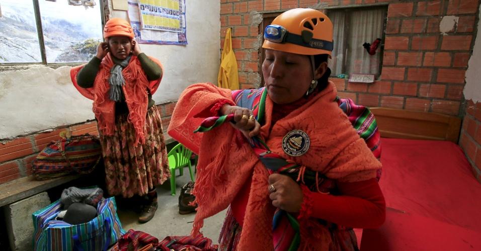"""21.abr.2016 - Indígenas aimarás se preparam para escalar o monte Huayna Potosi, na Bolívia. A ideia de criar um grupo de escalada composto apenas de """"cholitas"""" surgiu há dois anos quando Lydia Huayllas, 48, que trabalha de cozinheira em um desses acampamentos fez a seguinte pergunta ao marido, o guia de montanha Eulalio Gonzales: """"O que você faz lá em cima? Como você se sente lá?"""". Ele propôs que ela deveria descobrir por ela mesma"""