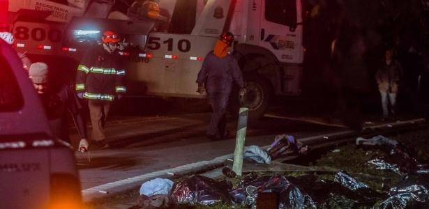 Bombeiros trabalham em local de tombamento de ônibus com estudantes universitários