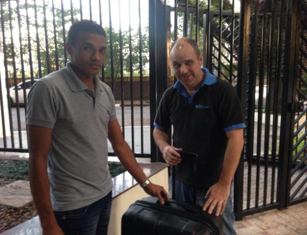 O empresário Domingos Coppio (à dir.) leva mala alugada até a casa do cliente