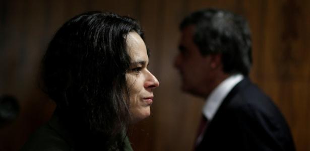 A advogada Janaina Paschoal, uma das autoras da denúncia de impeachment de Dilma Rousseff, passa pelo advogado da presidente afastada, José Eduardo Cardozo